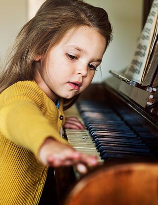 fillette-jaune-piano-320